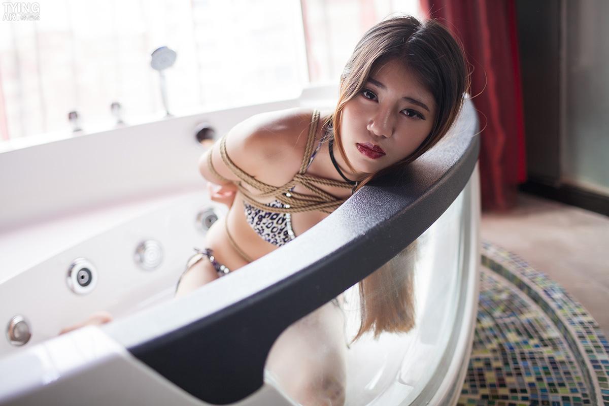 Vol.261 Bathtub これはとても野性的な豹柄ビキニですね、でもこの野性も麻縄に縛られた。緊縛動画を録画している時に僕を見た、彼女の満足の顔。