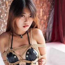 No.00646 Leather Queen #2 ボディコンを着ているのMakiさんは麻縄に縛られています。彼女はいつも緊縛のことに興味を持って、写真も撮ってきました。